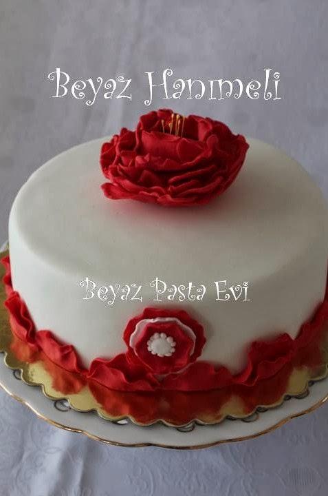 Kırmızı çiçekli pasta
