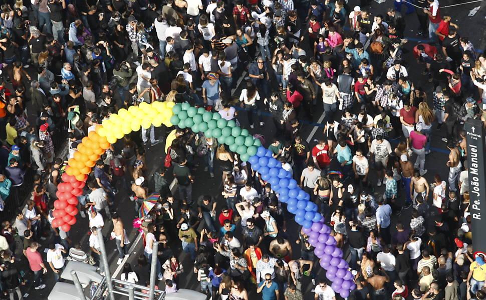 """Avenida Paulista (centro de SP) recebe público da Parada LGBT, neste ano o tema é """"Homofobia tem cura: educação e criminalização! (Foto: Joel Silva)"""