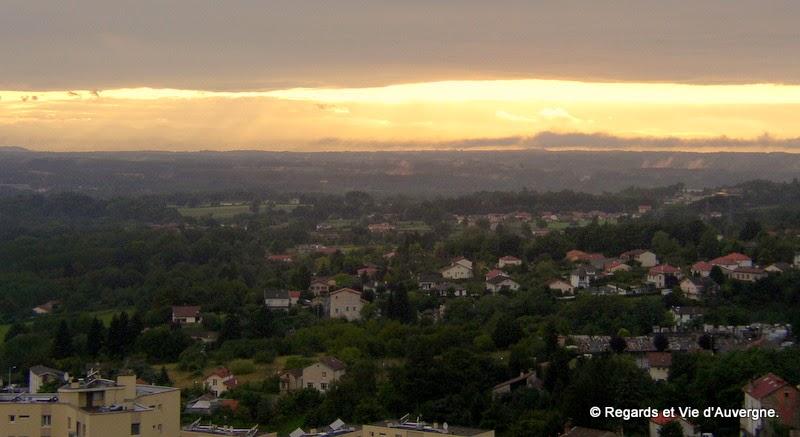 Thiers, la chaîne des Dômes et la Limagne vue du rempart.