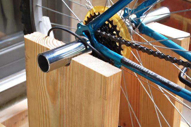 Как сделать велотренажер из велосипеда в домашних 429