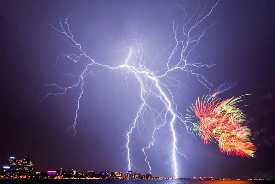 gambar kilat beserta bunga api