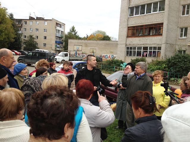 Житель Фермы, депутат горсовета Денис Ахромкин, сказал, что раньше из принципа не платил на одной управляющей компании, потому что там сидели жулики и воры, а теперь платит.