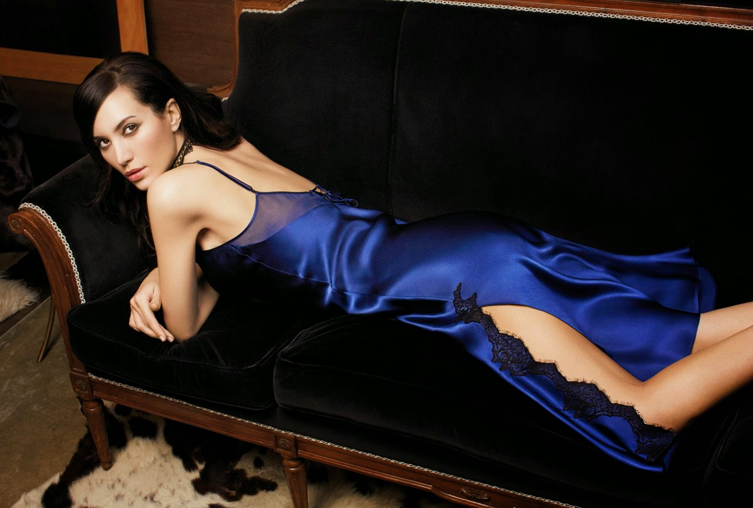 Seidennegligé Silk Lace in safir-blau mit schwarzer Spitze