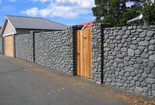 Meski fungsi utama konsep dinding mengunakan batu alam disini adalah untuk mempercantik tampilan eksterior rumah impian kita.