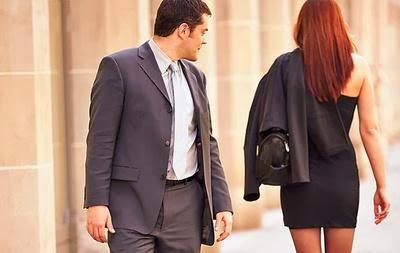 رجل يخون زوجته خائن - why-do-men-cheat - كيف تتجنبين الخيانة الزوجية