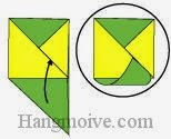 Bước 8: Gấp cạnh tờ giấy màu xanh lên trên sao cho xiên vào khe giấy của tờ giấy màu vàng để neo chặt hai miếng giấy lại với nhau.