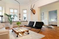 Palets de madera con muebles de diseño