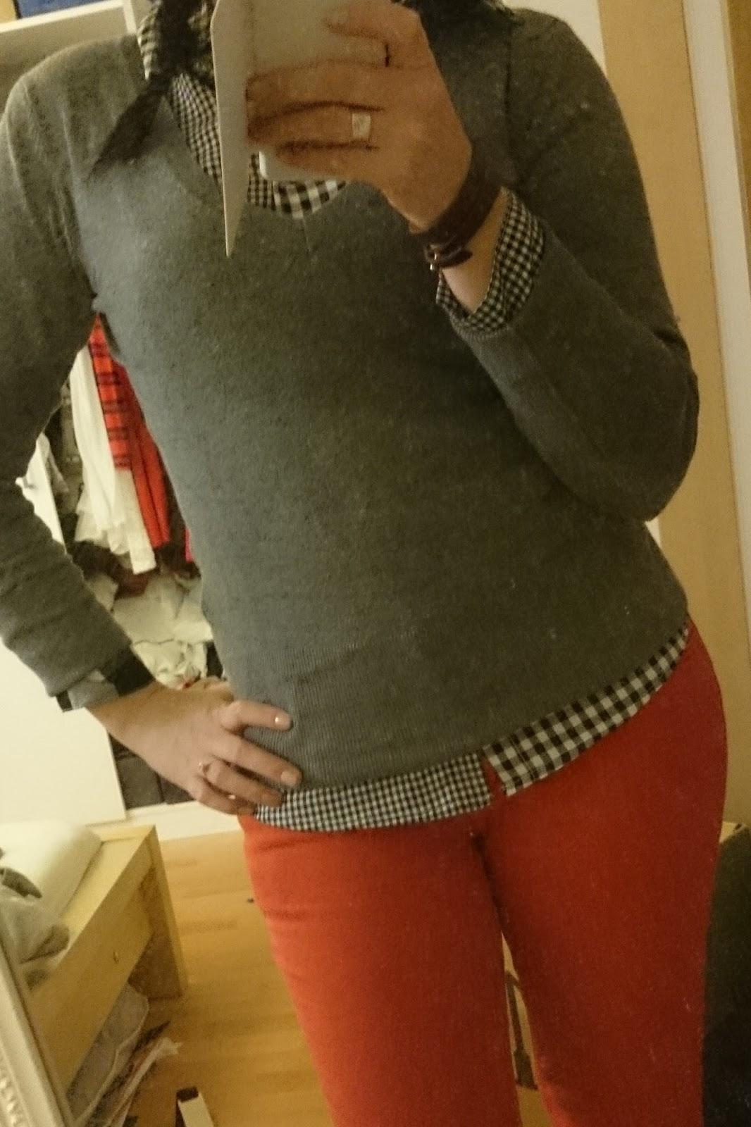Rote Jeans mit Bluse und Pullover