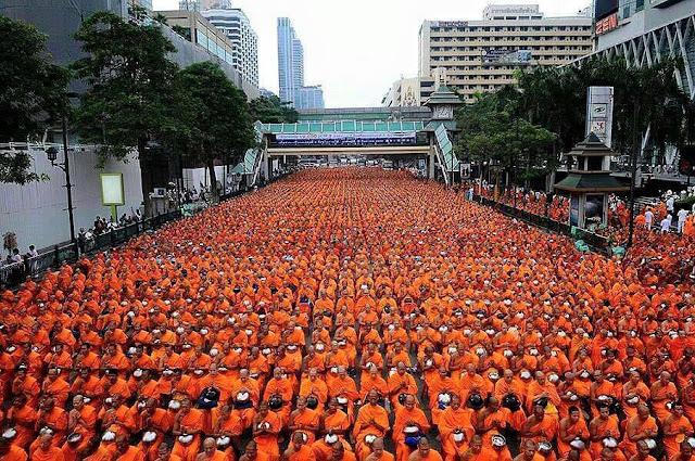 monges oram pelos mortos em Bangkok