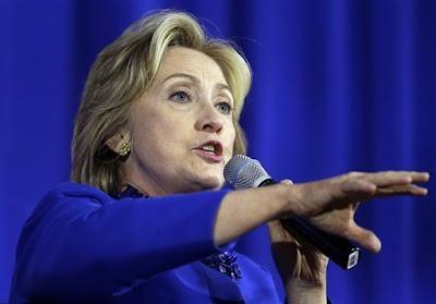 Hillary Clinton na fotce v modrém kostýmku mluví o autismu
