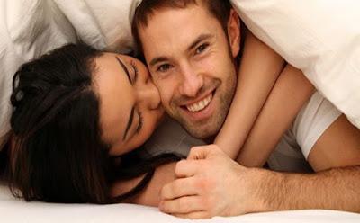 أشياء تسعدين بها زوجك فى الفراش,امرأة تقبل رجل على السرير,woman kiss man on bed