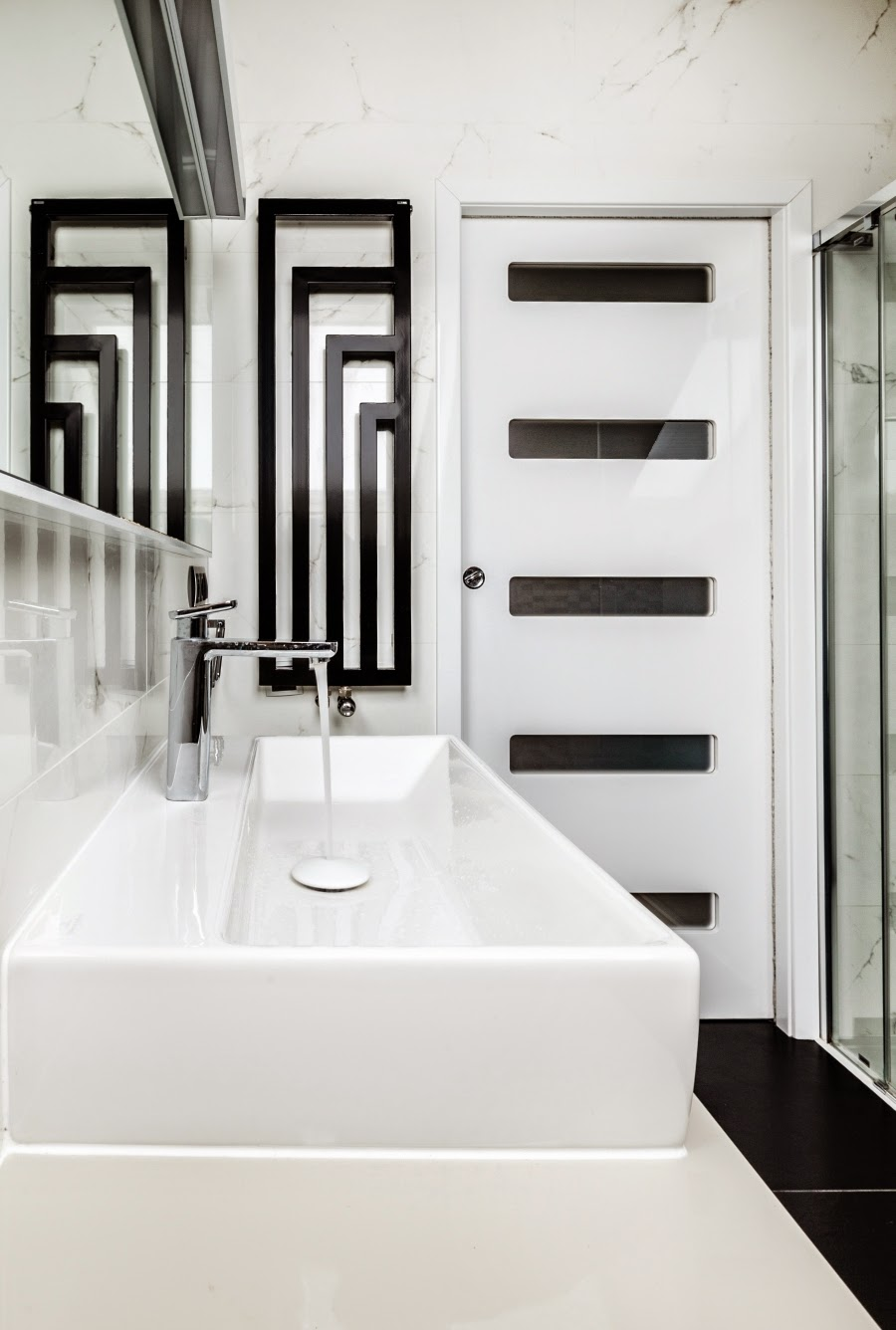 wnętrza, wystrój wnętrz, dom, mieszkanie, aranżacja, home decor, dekoracje, styl nowoczesny, biel i czerń, lampy, łazienka
