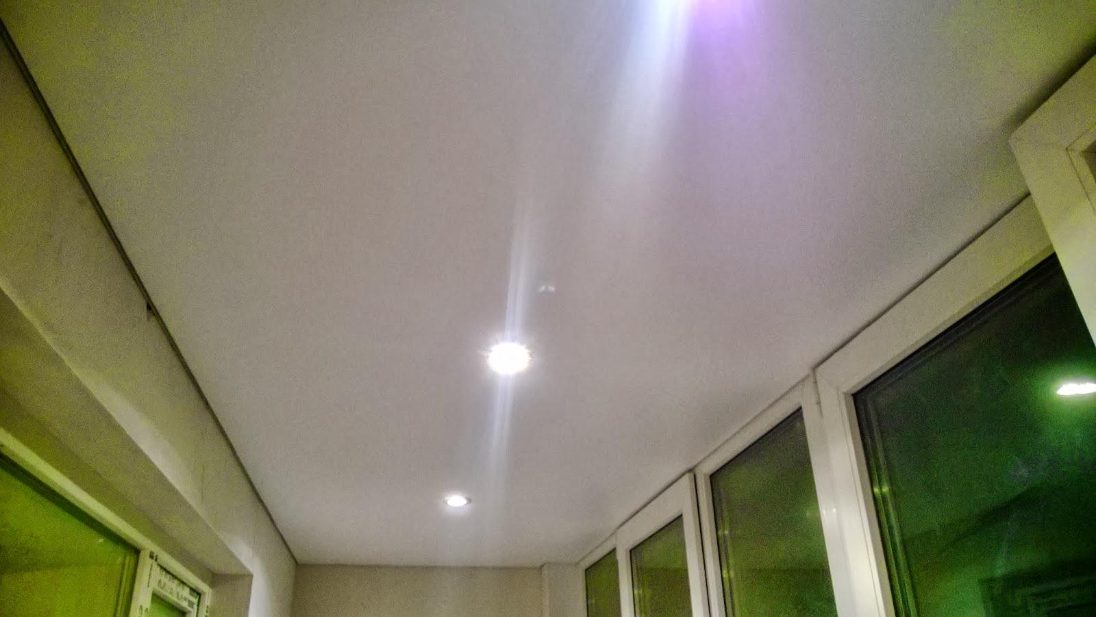Белый потолок на балконе / s 01 / сатиновый потолок / натяжн.