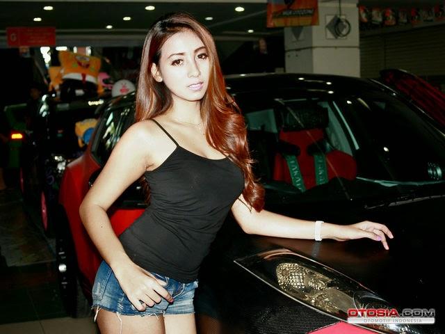 Angela Lorenza, seorang model seksi yang menyukai motor klasik macam ...