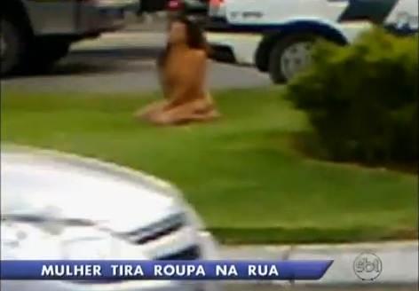 mulher tira roupa na rua