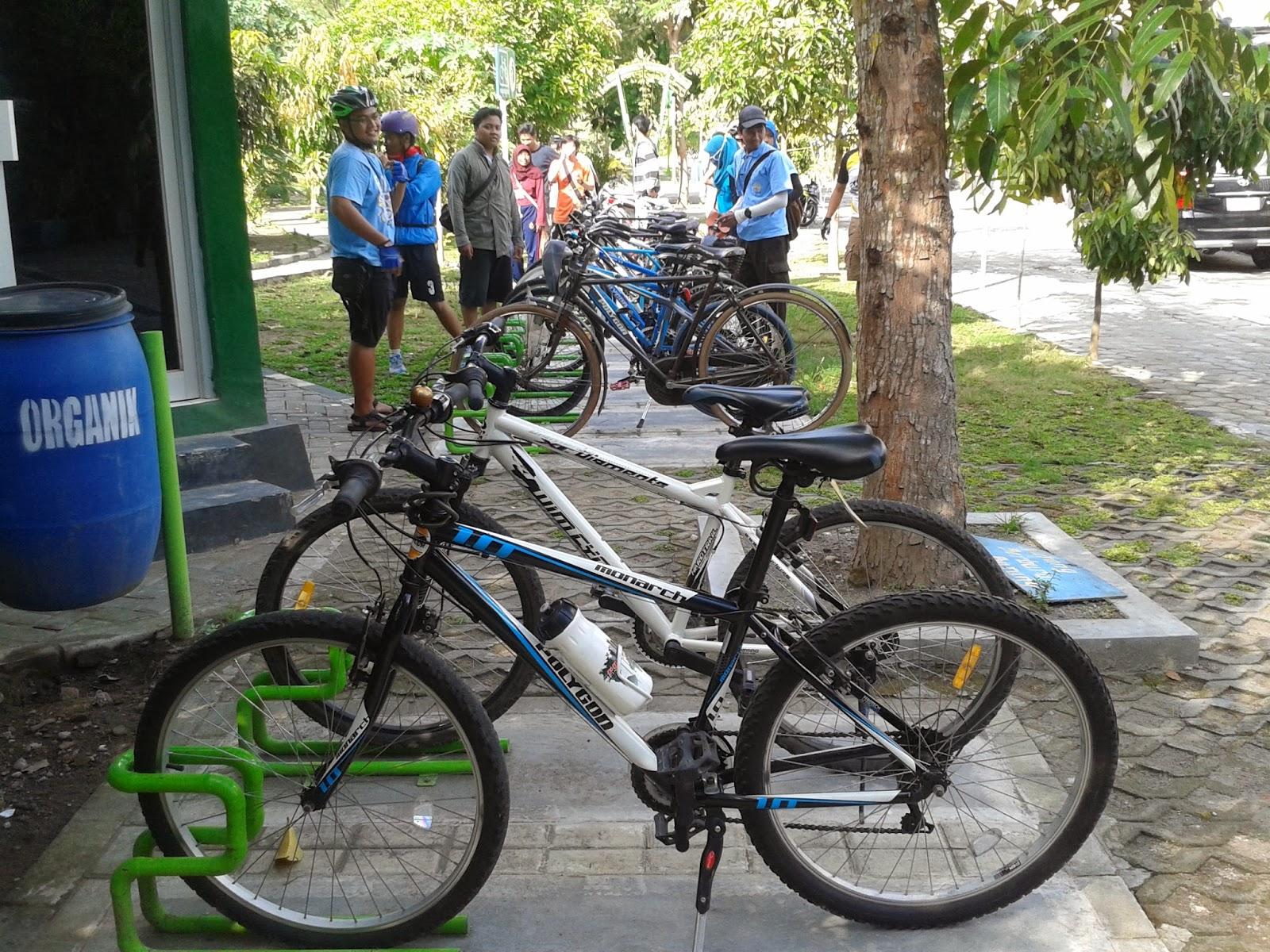 Parkiran sepeda di kampung Hijau Gambiran