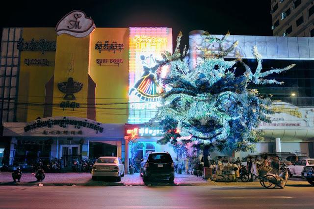 6 Gambar WOW Imej 3D Dewa Dewi Muncul di Tengah Bandar Phnom Penh