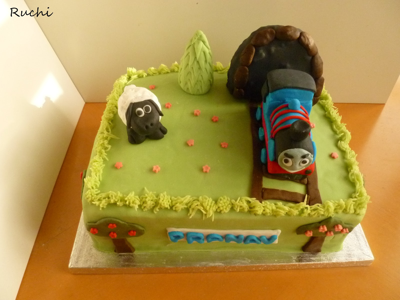 Cake Images Ruchi : RUCHI: Thomas Train Birthday Cake with few step by step ...