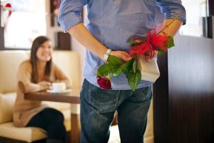 barbat cu trandafir in mana