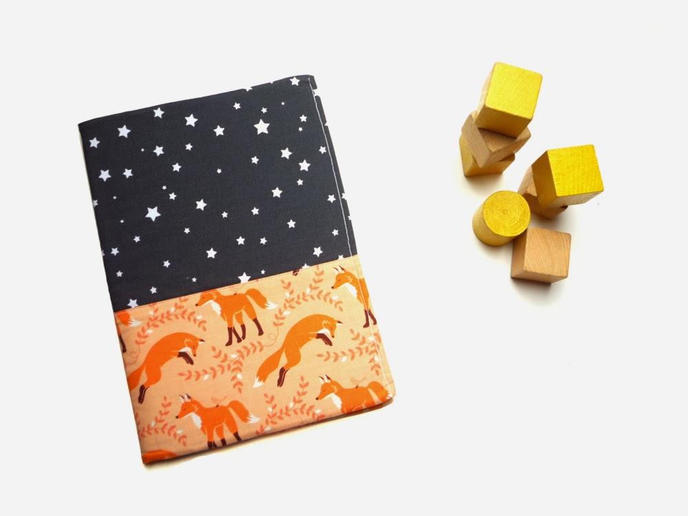 http://www.claralily.fr/housse-pour-carnet-de-sante-renards-noir-et-orange.html