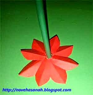 rekatkan kawat bersama sedotan plastik pada bagian bawah bunga kertas