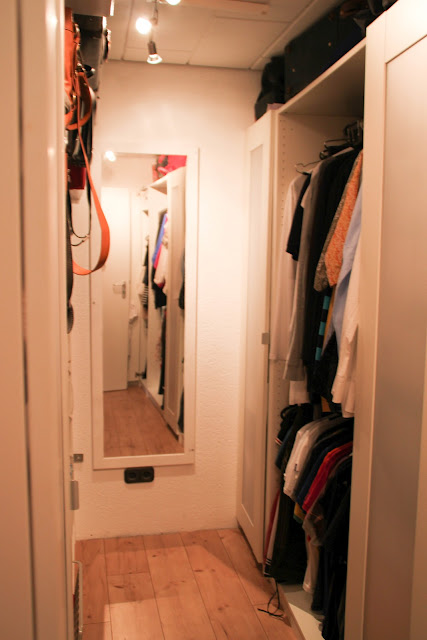 Einblick in den begehbaren Kleiderschrank