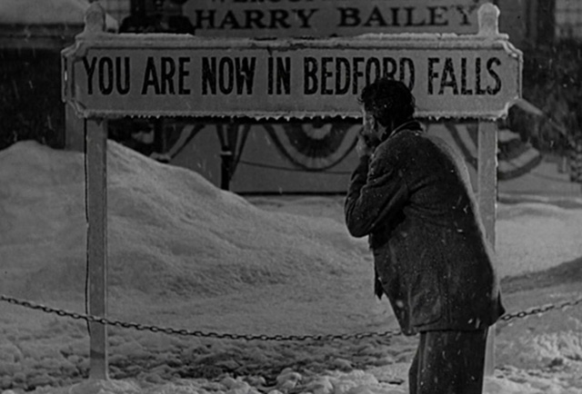 En el tramo final de la película, James Stewart frente al cartel de Bedford Falls.