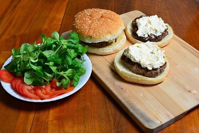 Hamburgery z sosem serowo-śmietanowym i warszywami