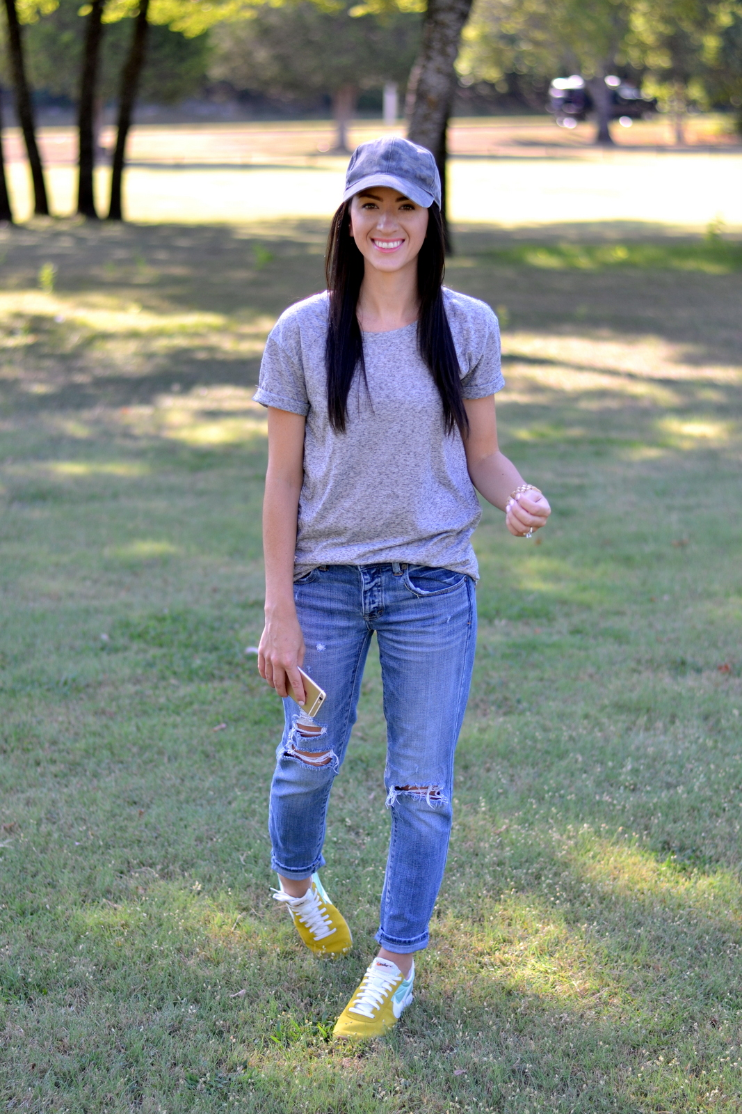 Casual summer outfit with boyfriend jeans and a hat