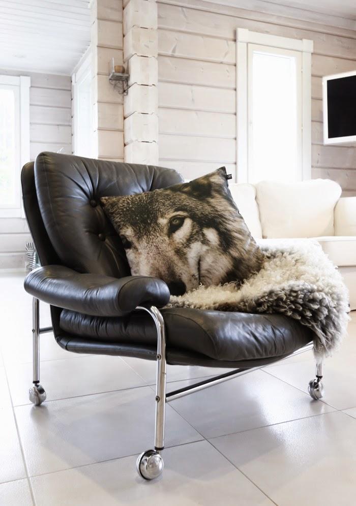 vanha nahkatuoli, vanha nahkainen nojatuoli, sheepskin, wolf pillow, susityyny, wolf print,