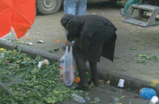 Εικόνες ντροπής στις λαϊκές αγορές – Γεμίζουν τις σακούλες τους με πεταμένα προϊόντα