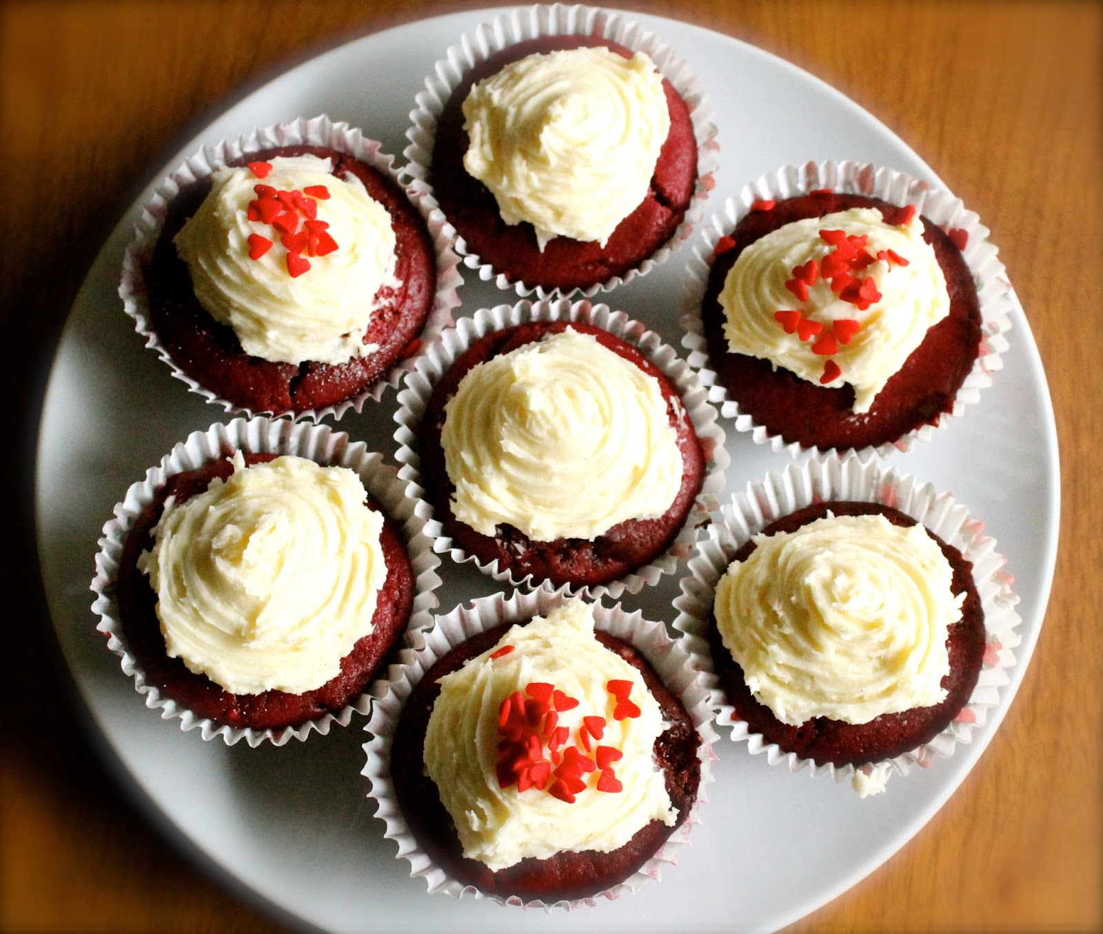 FOOD | RED VELVET CUPCAKE WITH VANILLA FROSTING