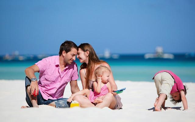 Gezin met kinderen op het strand