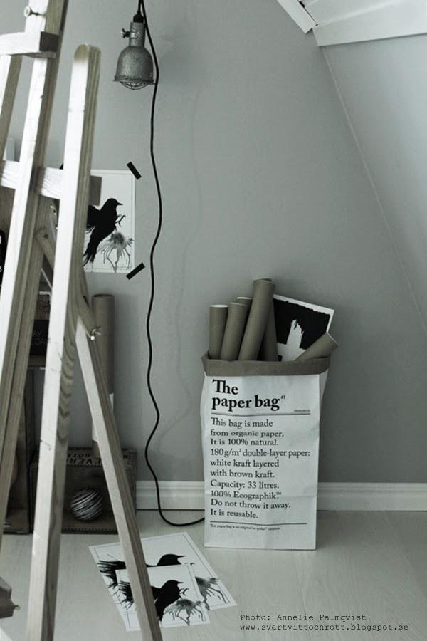 le sac en papier, franska papperspåsar, vit påse med svart text, papperspåse, papperspåsar, förvaring papprullar, prints, print, artprint, artprints, konsttryck, konsttrycket, poster, svart fågel, fåglar, svartvita detaljer, svartvitt, svartvita, gråmålad vägg, ateljé, arbetsrum, staffli, tavlor, tavla