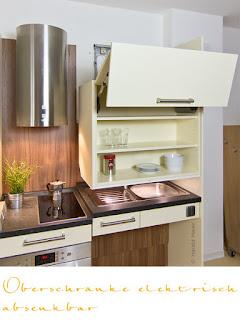 Eine Küche für Rollstuhlfahrer mit absenkbarem Oberschrank