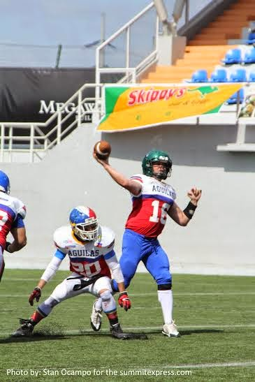 Aguilas Quarter Back Mike Hoese throws a long bomb