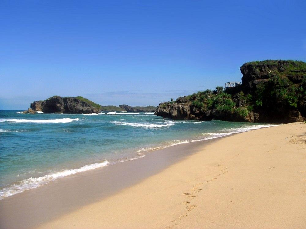 Bentangan pasir putih Pantai Sundak