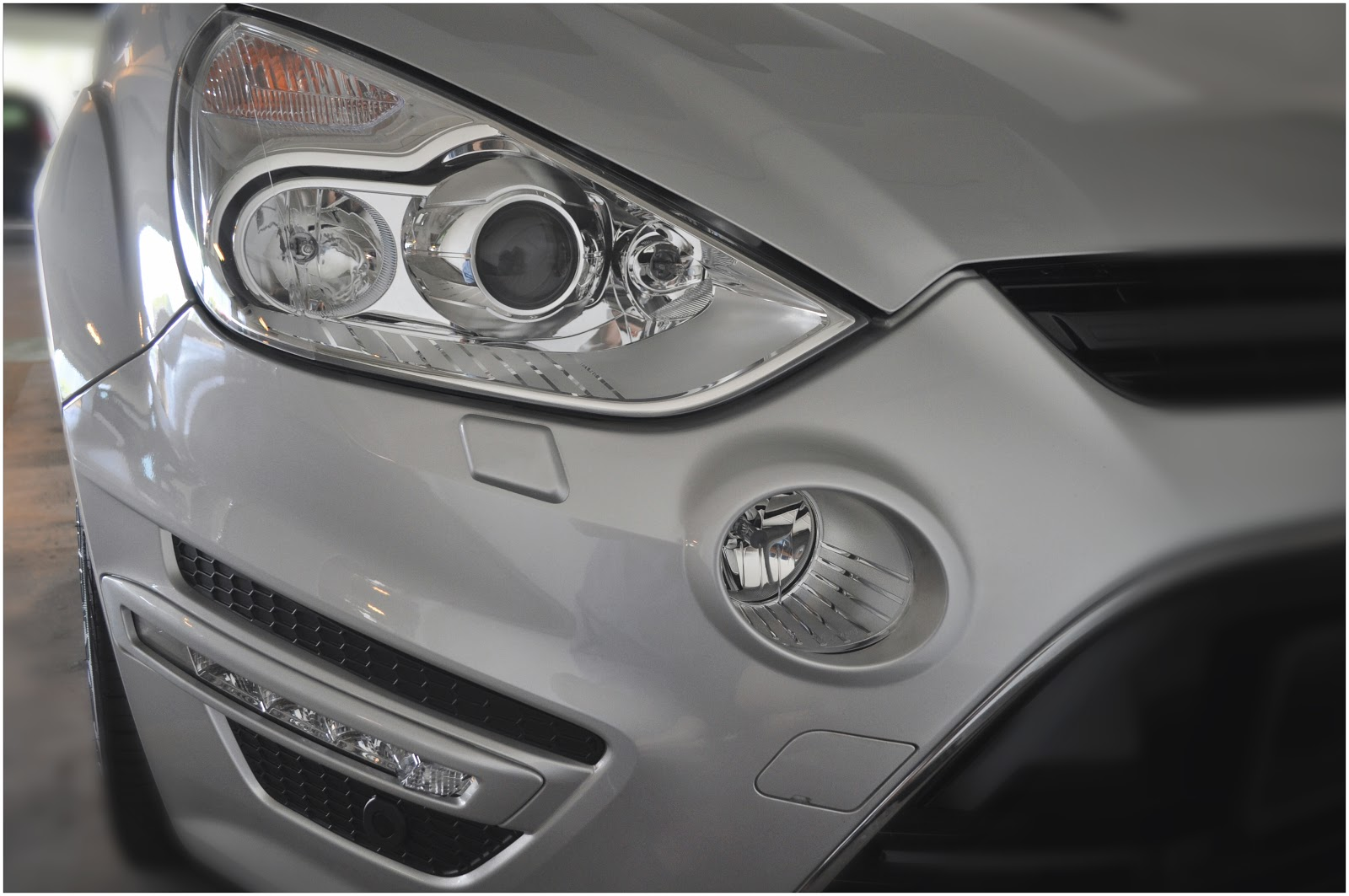 Adaptive auto bi xenon headlights with led daytime running lights and headlamp washer it comes with the follow me home lights feature where the