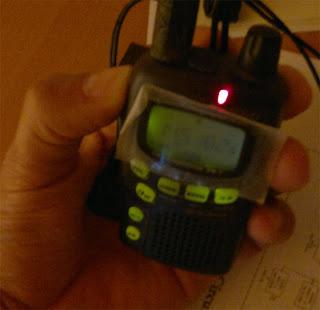Belysning och jag sänder vilket ger den röda lampan på toppen av radion.