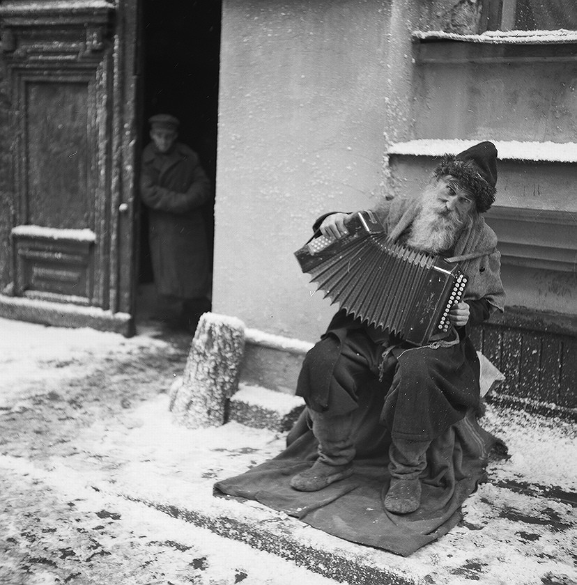 40 Amazing Historical Pictures - Russian street musician playing an accordion