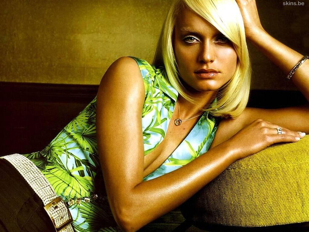 http://4.bp.blogspot.com/-KkDLTucIvQQ/TkoFReTGl2I/AAAAAAAADkA/r5_n2VE0n0w/s1600/Amber+Valletta+2.jpg