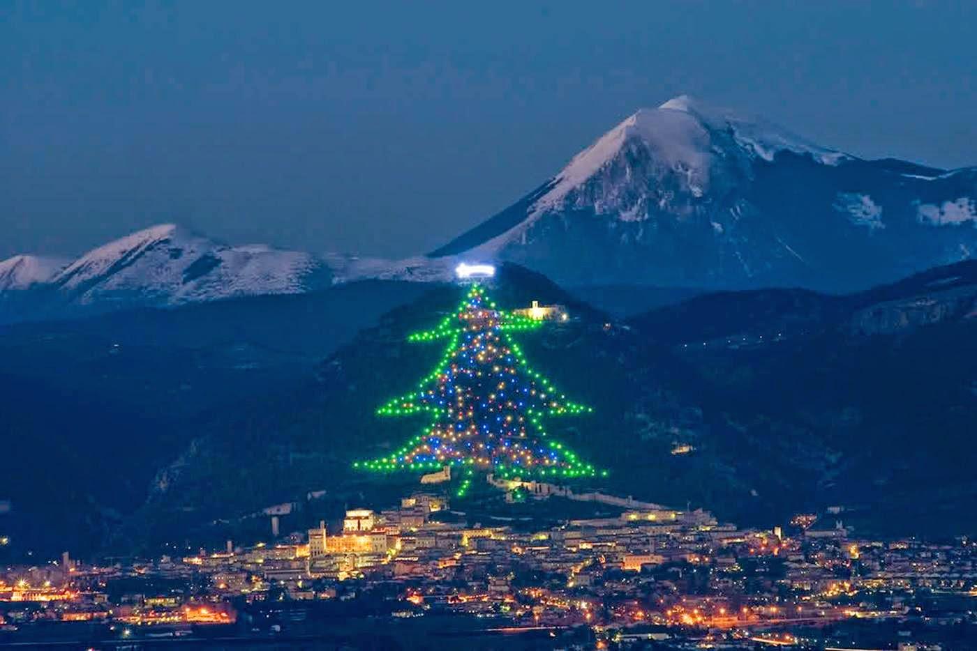 karácsony, karácsonyfa, karácsonyi díszkivilágítás, Olaszország, Gubbio, Ferenc pápa,