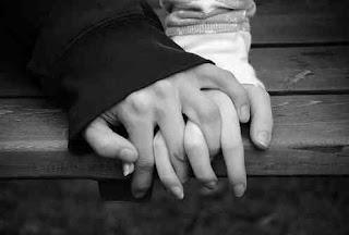 يدين لشخصين يحبون بعض ممسكين بيد بعض تشعر بالحب بينهم