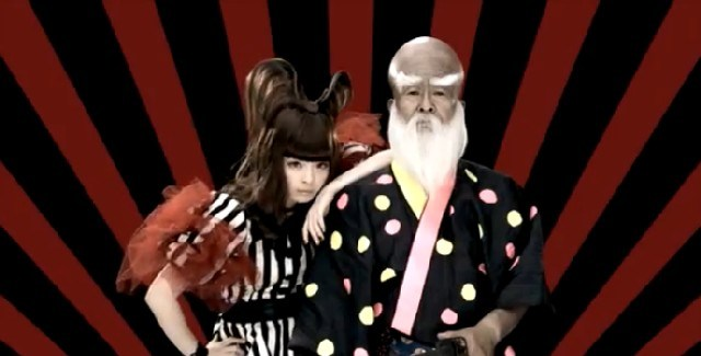 scene from the Fashion Monster video with きゃりーぱみゅぱみゅ Kyary next to old samurai dude man