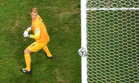 Goleiro Joe Hart em ataque de nervos com gandulas em reposição de bola - Italia 2X1 Inglaterra 2