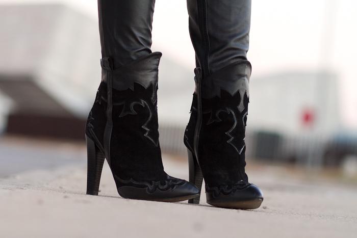 Blogger de Moda española Adicta a los Zapatos con Botines Cowboy Negros de Zara