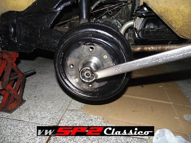 Trocando o cubo de roda do Volkswagen SP2_b