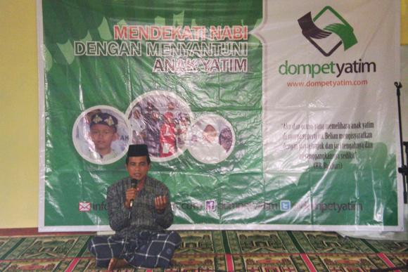 Ustadz Nana (Pimpinan Ponpes Mathla'ul Huda)  memimpin do'a pada acara santunan Dompet Yatim