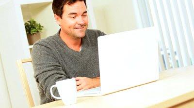 homem, usando, a internet, em casa, no computador