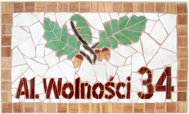 Mozaikowa tabliczka z nazwą ulicy i numerem domu